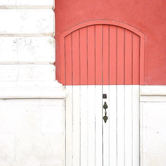 WOW! Love this so much! Snapped by @brightbazaar who always hunts the best colourful doors around